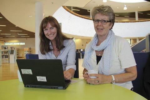 Skriveglede: Biblioteksjef Stine Råden og Kristin Haugen fra gruppa Skriveglede 1212 håper mange sender sine bidrag til skrivekonkurransen 2016.