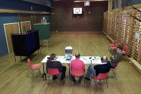 MYE BRUKT: Samfunnshusene i grendene er brukt til mye, blant annet som valglokale som her på Slåstad.