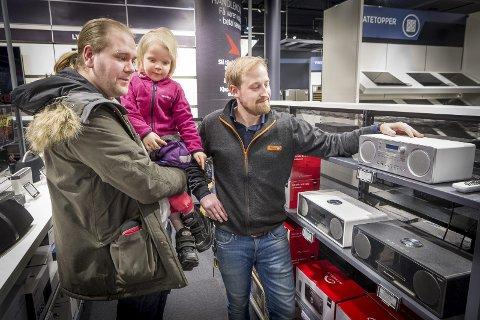 Skal ikke ha DAB: – Det finnes adaptere slik at man fortsatt kan bruke de gamle radioene, forteller Stian Uggerud (t.h.), men foreløpig velger Alexander Jansson, som ikke liker at FM-nettet stenges, å streame via mobilen. Bilder: Jens Haugen