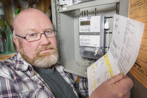 Økt forbruk: Roy Jøran Trangsrud på Tjura oppdaget at strømforbruket hans økte med 35 prosent etter at han fikk ny måler. For å hindre økt strømregning, senket han varmen og byttet til sparepærer. Bilder: Jens Haugen