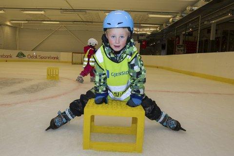 Støtte: Andreas Bjerke tror ikke han vil bli ishockeyspiller når han blir større, men synes det er moro å gå på skøyter.