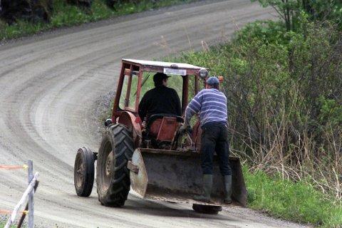 Hvis bøndene er redde, må de vurdere om det er nødvendig å kjøre traktor på veiene, mener Statens vegvesen.