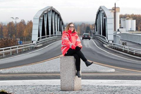 Grue-jenta og Ingeniør i Statens vegvesen, Anne Ingeborg Lilleåsen Nerstad er strålende fornøyd med resultatet av et langt byggeprosjekt på Norsenga. Derfor poserer hun gjerne forran mesterverket.