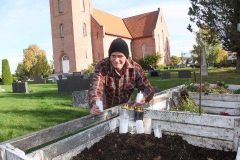GRAVLYKTER: Leif Roger Rognstad mener at gravlyktautomater bare vil øke forsøplingen på kirkegårdene.