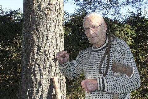 Ny bok: Bjørn Ottesen, snart 91 år, er klar med sin fjerde bok om lokalhistorie. Denne gangen tar han for seg skogsarbeidet og sagbrukene i kommunen. Boken gis ut på Kulturforlaget Brak om kort tid. Foto: Kenneth Mellem