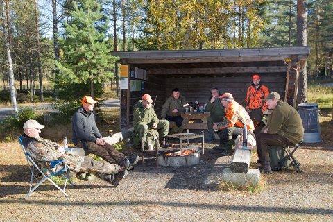 Dette jaktlaget fra Haslum har leid jaktrett i Nord-Odal kommuneskoger. Fra venstre: Øivind Rustad, Terje Raftvold, Aage Grimsmo, Kay Prytz, Terje Rustad, jaktleder Finn Disenbroen, Lasse Disenbroen og Einar Engen.