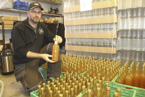 Klar: I løpet av et par uker lanserer Ole Albert Eig på Bugarden egen Solørmost. Presset og laget på epler fra Solør. Det kommer også flere typer epledrikk og saft. Bilder: Kenneth Mellem