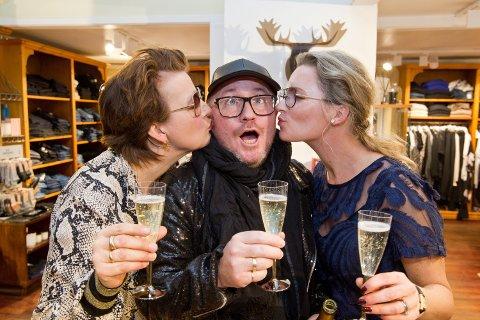 Pia Lena Nyhuus (t.v.) og Stine Westlund syntes at Per Sundnes fortjente et kyss på kinnet for jobben han gjorde under showet.