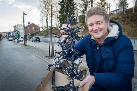 Uno Arnesen i Byen vår viser fram de nye LED-lysene som skal pynte trærne i Glommengata i Kongsvinger.
