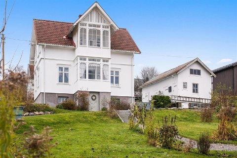 HUS MED HISTORISK SUS: Ivar Færder var ordfører i Vinger både før og etter 2. verdenskrig. I mange år holdt han til i denne sveitservillaen, som nå skal bytte eiere.
