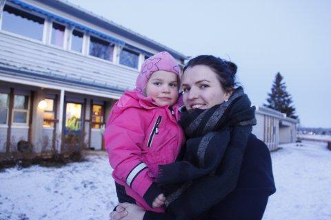 TRIVES: Mirjam Bekkesletten Andersenl med datteren Olivia Kordahl Andersen på armen mener at kommunen kunne ha gjort mer for å synliggjøre de gode tilbudene Åsnes har i grendene. Og informere foreldre bedre.
