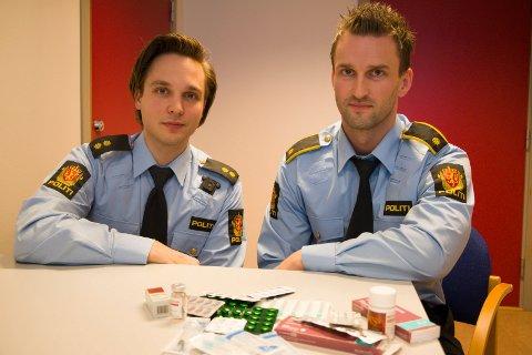 BESLAG: Jetmund Fure (til venstre) og Kristian Berg ved Kongsvinger politistasjon med dopingmidlene som ble beslaglagt.