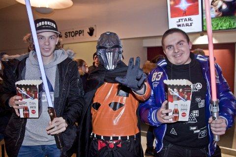 GIRA: Det var et lite spor av hysteri lobyyen på Rådhus-Teatret før Star Wars-premieren. F.v: Tobias Jegerud, Jim Richard Slaastad og Oskar Arnesen.