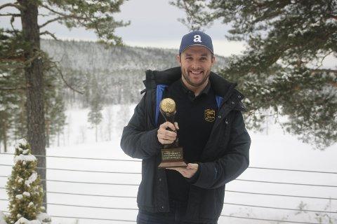 DANIEL OG PRISEN: Daniel Larsson registrerer med glede at klubbens anlegg er Norges beste for fjerde år på rad.