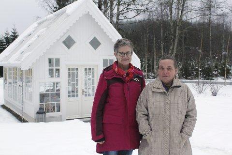 BRUDEKJOLE: Drivhuset på Leiråker beskrives som en brudekjole av Beate Banken Bakke og Laila Langbråten. Mye hvitt, med blonder, kniplinger og noe spennende innvendig. Bilder: Kenneth Mellem