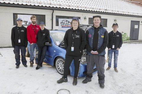 KUNSTVERK: Gutta fra Vinger Mekk & Moro stilte ut sin Golf IV på kunstutstillingen på UKM. foto: Kjell Hermansen