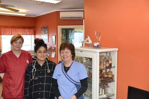 KOMMUNALT: Fastlege Nomera Shakeel,  Laila Norheim Aandstad og Torunn Larsen har vært i virksomhet ved Flisa legekontor siden nyttår.