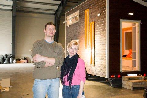 """BOLIG PÅ HJUL: Selskapet """"Mario's Tiny Houses"""" er de første i Norge som produserer minihus på hjul. Trenden har tatt av i USA, nå håper ekteparet Mariusz og Malgorzata Durszyk på samme respons i Norge.  FOTO: PER HÅKON PETTERSEN"""