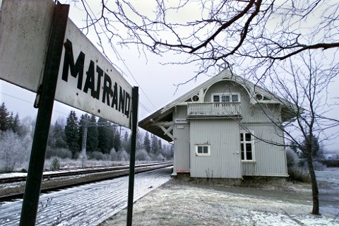 NYE TIDER: Rom eiendom har vært i kontakt med flere potensielle leietakere av Matrand stasjon, men ønsker tilbakemeldinger fra lokalbefolkningen. – Vi ønsker å gi noe tilbake. Jernbanebygg, er en viktig del av historien, og ligger ofte nært hjerte til de som bor i bygda. Vi vil ha en drift så flere kan bruke stasjon, sier Fredrik Mathisen.