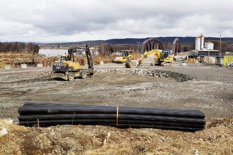JOBBER PÅ: Arbeidet med rundkjøringa før Norsenga-bru er nå i gang. Det er heller ikke lenge til de to bruene ferdigstilles og veien legges om.