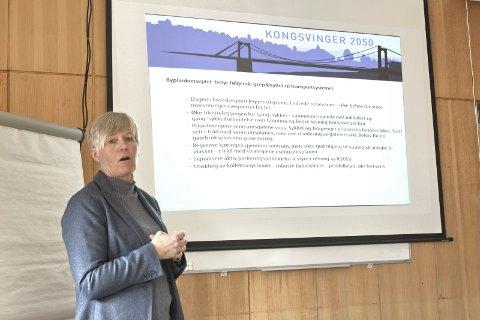 MÅLSETNINGER: Hilde Nygaard med noen av planformuleringene.