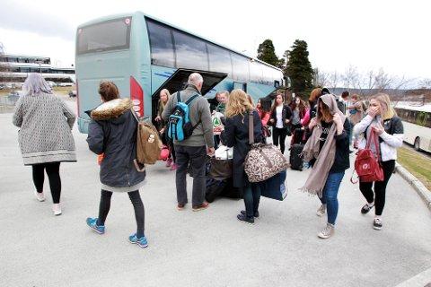 Her ankommer bussen fra Nord-Østerdalen med ungdommer fra blant annet Koppang, Tynset, Tolga og Kvikne.