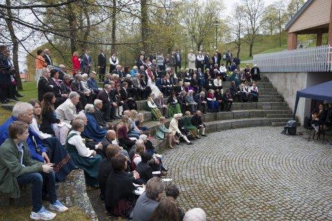 STREAMES: Nå kan du se det tradisjonsrike arrangementet «17. mai igjen på festningen» hjemme hos deg selv foran PC-skjermen på Grunnlovsdagen. For tre år siden var det overskyet vær med regntunge skyer da folk så det «live» i amfiet ved Gyldenborg.