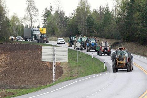 Bønder med syv traktorer, to ammekuer og en parringsokse deltog i  traktorkolonne som skulle markere bruddet i landbruksoppgjører med staten. Noe av poenget var å markere seg over svenskehandlerne gjennom å kjøre på riksvei 2 og lage kø.