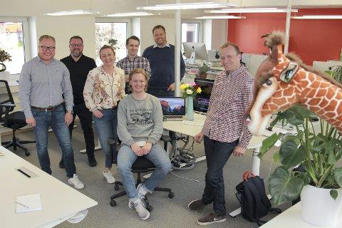 RÅDGIVERE: Leidars sju ansatte i Kongsvinger gleder seg over 2016-tallene. Fra venstre: Anders Fjeld, Ronald Jørgensen, Teresa Bergerud, Kristoffer Mørk Hansen og Kjetil Blåka. Foran: Mats Slaastad Birkelund og Joakim Andersen.