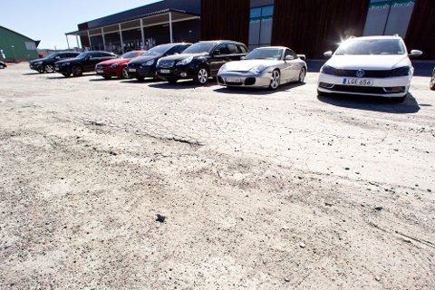 Både kunder og en ansatt har punktert i de store dumpene eller på de skarpe steinene på parkeringsplassen.