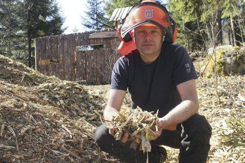 Hage: Tony Krav tar på seg stell av hager med klipping, felling av trær og opprydding. Han har egen fliskutter.