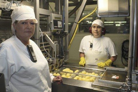 TRIST: Driftsleder Mona Aaseth Lund og Aleksandra Dukic synes det er trist at Bama velger å flytte produksjonen av potetprodukter fra Grinder til Moss. 11 mister arbeidet.