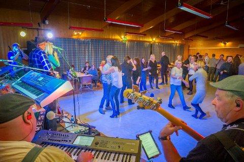 Express spiller på fest på lokalet i Roverud samfunnshus lørdag.