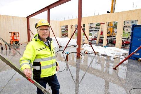 Her står Tordar Sætheråsen, fra Kongsvinger kommunale eiendomsenhet (KKE), i det som en gang skal bli et klasserom.