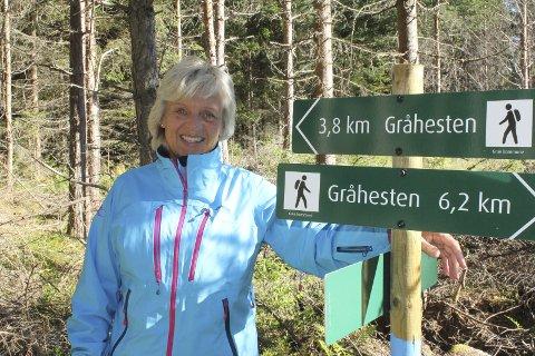 Merkes: Veivisere med navn og kilometer er satt opp i Gråhesten-området på Kirkenær. Anne Grete Bråten håper dette bidrar til enda mer bruk av stinettet øst for Kirkenær.
