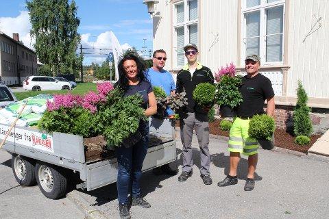 PYNTER OPP: Folkene fra Bygdeservice Kongsvinger og Odal pynter opp og planter nytt ved stasjonen i anledning Sommertoget.