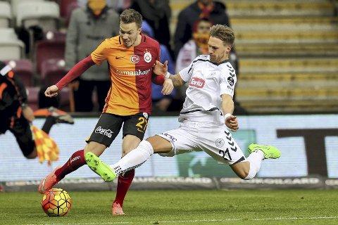 Gikk på et tap: Martin Linnes (t.v.) og Galatasaray gikk på et overraskende tap borte mot Östersund torsdag kveld. Her ifra en kamp i fjor.Foto: Onur Coban/Anadolu Agency (arkiv)