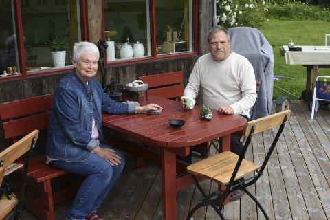 Trapper ned: Etter å ha jobbet med humanetisk konfirmasjon slipper Anne Hagen og Johny Gullaker yngre krefter til. Bilder: Svein Sjølie