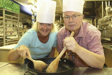 Kamp: Wenche H. Sund og Ottar Skaslien er klar til å møte andre ordførere og andre kokker og matkyndige fra distriktet til kokkekamp når Sommertoget kommer.