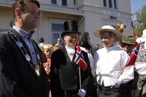 Guttorm Syversetre (Karen Syversætre)  og fru Berg(Randi Mæhlum)  var der da jernbanen kom til Flisa i 1893. I dag møtte de Sommertoget sammen med ordfører Ørjan Bue