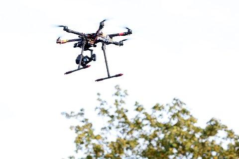 Bergenspolitiet oppfordrer dronepiloter til å oppdatere seg på lovverket for bruk av maskinene. Illustrasjonsfoto: