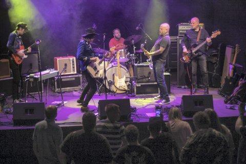FULL FRÆS: Det ble en elektrisk opplevelse da Roger Græsberg & The Anti-Music Bonanza spilte på Kongsfesten, bandet hvor alt begynte for ti år siden.–Endelig fikk vi spille litt rocka og høyt, sier Roger Græsberg om en real festivalnatt.