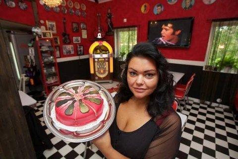 ELVIS: Anna Pia Andersson driver Cafè Memphis, hvor alt minner om Elvis. Nå leier hun ut kafeen for å satse på musikken i en periode.
