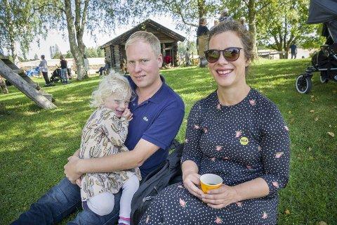 KOSER SEG: Maja Braaten og Jørgen Johannessen storkoser seg på Gamle-Hvam sammen med tre år gamle Boel.