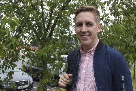 GRØNT: Kristian Botten Pedersen vil ha flere med på ryddedugnad på Flisa lørdag.  – Det blir hyggeligere for oss som bor her, og det er viktig for naturen, sier han.