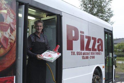 KREATIV: Han hadde plassen og det var strømuttak. Nå ser Bjørn Kveim for seg mer aktivitet rundt bussen hvor han lager pizza.