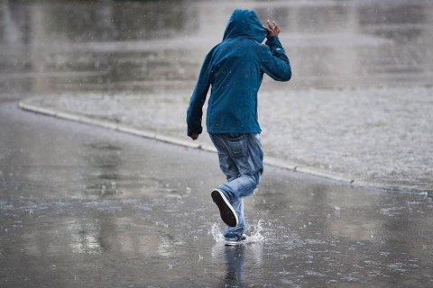Det kommer til å bli vått neste uke også, men det blir langt tørrere enn i uka som var. Foto: Jon Olav Nesvold / NTB scanpix