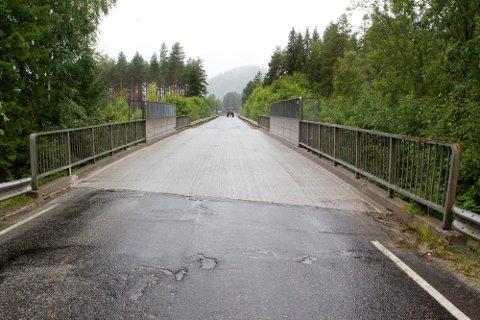 Brua over jernbanen ved Jerntjernbråten har vært stengt i ca. en uke fordi veivesenet har lagt nytt betongdekke.