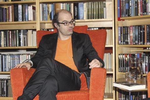 Hans Olav Lahlum kommer torsdag kveld til biblioteket, der han snakker om den mye debatterte boka om Reiulf Steen.