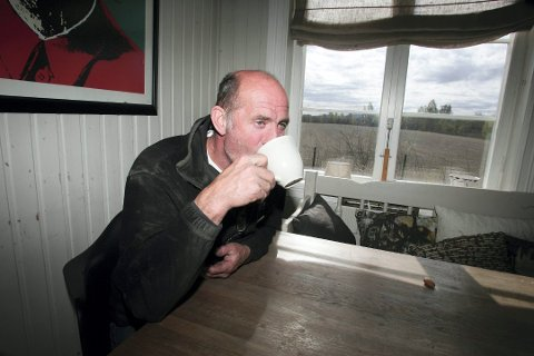 VENTER PÅ TRESKEVÆR: Treskeren til Lars Kristian Vasaasen vil dure og gå til langt ut i oktober. Sen opptørking fører til korte dager med treskevær.